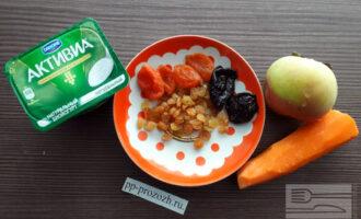 Шаг 1: Приготовьте необходимые ингредиенты: яблоко, морковь, сухофрукты, натуральный йогурт.