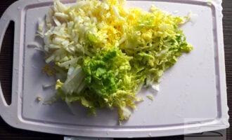 Шаг 3: Тонко нарежьте зеленые листья пекинской капусты.