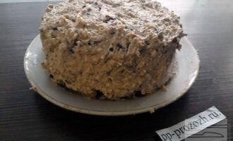 Шаг 11: Остатками крема промажьте боковые части торта. Оставьте собранный торт в холодильнике на несколько часов для пропитывания.