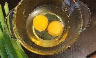 Шаг 2: Вбейте два яйца в глубокую тарелку.