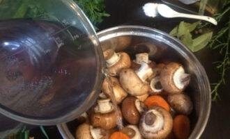 Шаг 3: Влейте 700 грамм холодной воды, добавьте соль по вкусу и поставьте вариться до готовности (примерно 25 минут после того, как вода закипит).