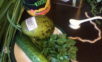 Шаг 1: Возьмите один спелый плод авокадо, один небольшой свежий огурец, пучек петрушки, консервированную кукурузу.