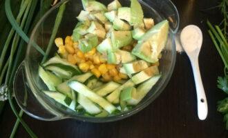 Шаг 4: Нарежьте не крупными кусочками авокадо.