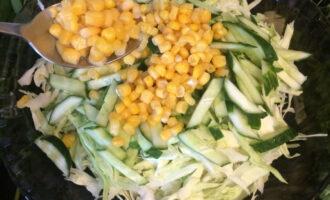 Шаг 4: Добавьте консервированную кукурузу.