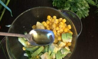 Шаг 5: Добавьте чайную ложку оливкового масла и соли по вкусу.