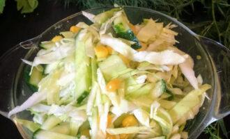 Салат из огурцов и кукурузы веган