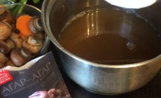 Шаг 6: Перелейте обратно в кастрюлю, всыпьте 1 чайную ложку агар-агара и доведите до кипения (кипятите примерно 30 секунд).
