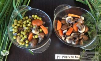 Шаг 7: Когда отваренные овощи остынут, нарежьте и красиво уложите в небольшие глубокие тарелочки. Я одну порцию сделаю с консервированным горошком, а другую только с грибами и морковью. Если Вы любите консервированный горошек, то в каждую порцию добавьте по 1 столовой ложке.