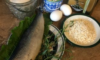 Шаг 1: Для одной порции овсяноблина возьмите: два яйца, две столовые ложки овсяных хлопьев, две столовые ложки молока, для начинки 100 грамм соленой сельди.