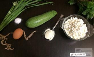 Шаг 1: Для приготовления этого необычного блюда возьмите: творог, яйца, кабачок, немного манки, соли и оливковое масло для жарки.
