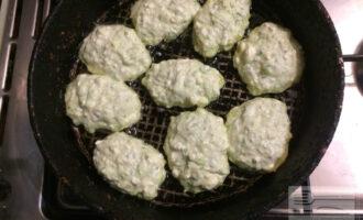 Шаг 6: На заранее разогретую сковороду налейте немного оливкового масла и столовой ложкой выложите сырники.