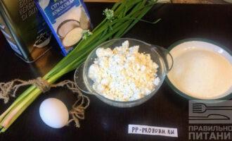 Шаг 1: На две порции сырников возьмите: 300 грамм творога, 100 грамм манной крупы, одно яйцо и столовую ложку кокосовой стружки.