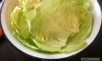 Шаг 2: Отделите капустные листья и окуните их в кипящую подсоленную воду на 1 минуту.
