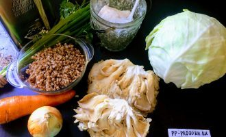 Шаг 1: Для приготовления двух порций постных голубцов возьмите: 200 грамм предварительно отваренной гречневой крупы.