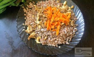 Шаг 3: Измельчите и обжарьте на оливковом масле грибы, морковь и лук. Добавьте к гречневой каше и перемешайте.
