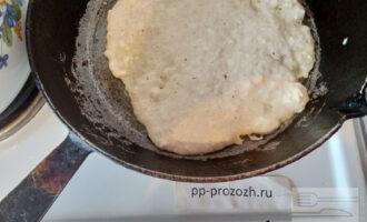Шаг 5: На раскаленную сковороду вылейте тесто, готовьте 3 минуты.