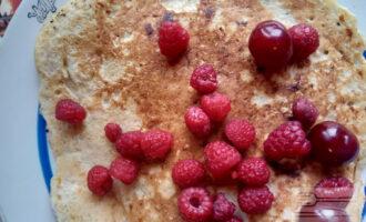 Шаг 7: Овсяноблин на кислом молоке готов! Украсьте его ягодами.
