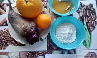 Шаг 1: Подготовьте ингредиенты для приготовления свеклы под апельсиновым маринадом.