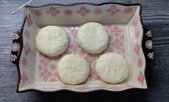 Шаг 9: Переложите сырники в форму/сковородку или противень (застелите пекарской бумагой/силиконовым ковриком). Если требуется смажьте небольшим количеством масла дно вашей формы.  И отправляйте в уже разогретую до 200С духовку на 20 мин.