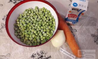 Шаг 1: Приготовьте необходимые ингредиенты: зеленый горошек, морковь, лук репчатый, сливки 10%.