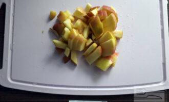 Шаг 4: Яблоко нарежьте тонкими пластинками.