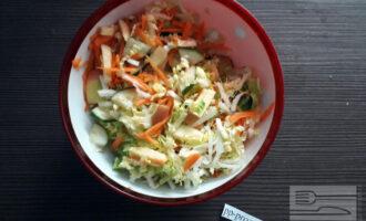 Шаг 5: Выложите овощи и яблоко в салатник и хорошо перемешайте.