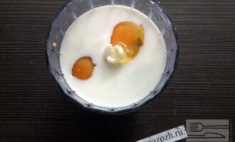 Шаг 4: В чаше блендера смешайте, яйца, молоко и очищенные от косточек финики. Перемешайте с помощью блендера.