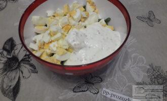 Шаг 6: Соедините в салатнике фасоль, яйца и заправку и перемешайте.