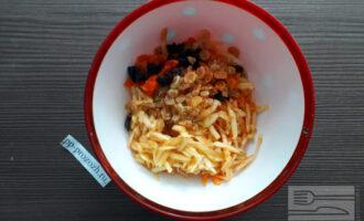 Шаг 5: Смешайте в салатнике морковь и яблоко и добавьте мелко нарезанные сухофрукты.