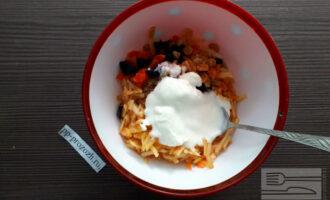 Шаг 6: Заправьте салат натуральным йогуртом.
