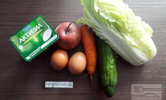 Шаг 1: Приготовьте необходимые ингредиенты: пекинскую капусту, яйцо, морковь, огурец, яблоко, натуральный йогурт.