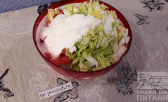 Шаг 6: Все овощи сложите в салатник, добавьте йогуртово-чесночную заправку.