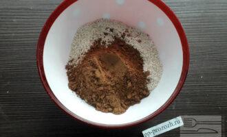 Шаг 3: Добавьте к овсяной муке какао-порошок, разрыхлитель теста и перемешайте.