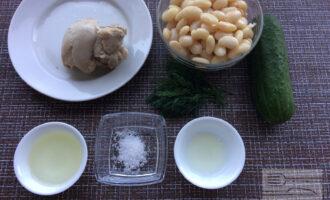 Шаг 1: Приготовьте ингредиенты. Отварите куриное филе. Слейте жидкость из банки с фасолью. Промойте огурец и укроп.