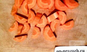 Шаг 2: Порежьте морковь на средние кусочки.