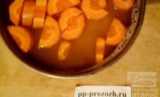 Шаг 3: В кипящую подсоленную воду всыпьте чечевицу и добавьте морковь. Варите 15 минут до готовности.