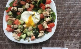Шаг 6: Приготовьте яйцо-пашот. В кипящую кастрюльку с водой аккуратно разбейте яйцо. Проварите около минуты, вытащите шумовкой и положите в середину салата. Полейте заранее приготовленной заправкой.