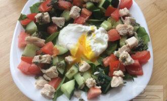 Теплый салат с яйцом