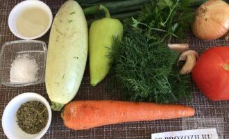 Шаг 1: Приготовьте ингредиенты. Тщательно вымойте и очистите овощи и зелень.