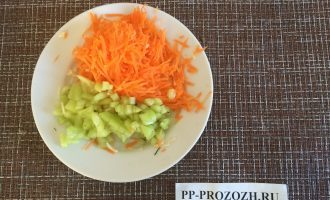 Шаг 2: Натрите на тёрке морковь и перец.