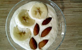 Шаг 5: Готовый десерт украсьте кружочками банана.
