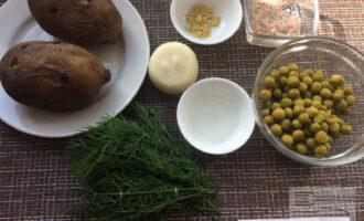 Шаг 1: Приготовьте необходимые ингредиенты. Заранее отварите картофель и остудите. Слейте жидкость из банки с зеленым горошком. Вымойте укроп. Вымойте и очистите лук.