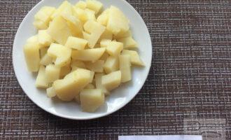 Шаг 2: Нарежьте картофель кубиками.
