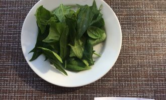 Шаг 2: Тщательно промойте шпинат и удалите грубые веточки.