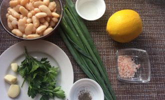 Шаг 1: Приготовьте ингредиенты. Промойте чеснок и зелень. Слейте воду из банки с фасолью.