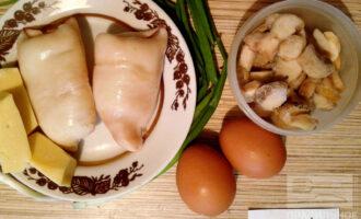 Шаг 1: Приготовьте ингредиенты: отварные кальмары и яйца, грибы, сыр, зеленый лук.