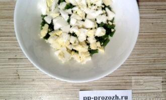 Шаг 3: Яйца тоже порежьте или натрите на терке и добавьте к луку.
