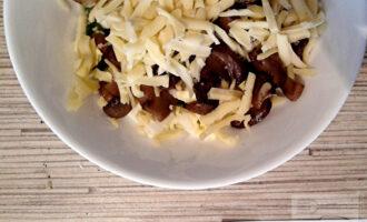 Шаг 5: Натрите на терке сыр. Перемешайте начинку.