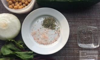 Шаг 1: Приготовьте ингредиенты. Вымойте овощи и ботву. Очистите лук. Слейте воду из банки с нутом.