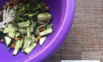 Шаг 4: Смешайте в миске все ингредиенты. Посолите по вкусу, добавьте прованские травы и оливковое масло, и еще раз перемешайте.